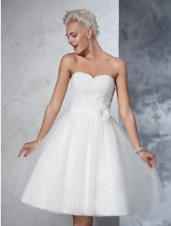 A-Line/Princess Sleeveless Sweetheart Net Knee-Length Hand-made Flower Wedding Gown