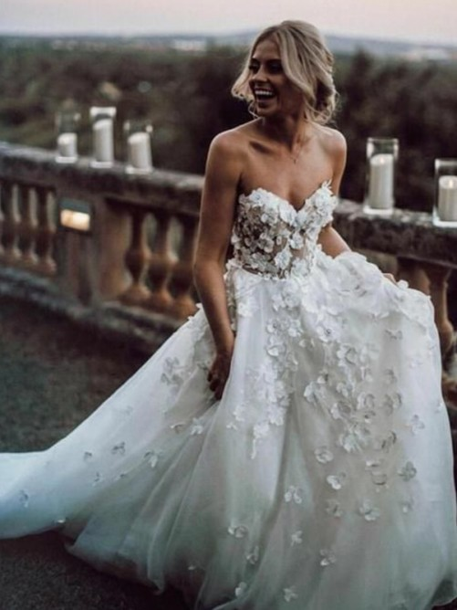 A-Line/Princess Sleeveless Tulle Sweetheart Applique Court Train Wedding Dress